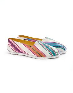 Joules JNR ISLA Girls Canvas Shoes, Ribbon. Never has a pair of shoes said summer as much as the espadrilles. This cute little pair will make sure your little one remains one step ahead.