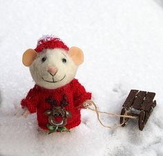 This sweet little mouse is made of high quallity merino wool, using needle felt techniques. Mouse wears knitted sweater with deer picture and