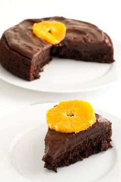 This chocolate orange cake has an INTENSE chocolate flavor. It's vegan, healthy, gluten-free, low fat & refined sugar free. You'll love it! Instead of one cup of chickpea flour I used one cup of hazel nut pulp. Chocolate Orange, Vegan Chocolate, Tarta Chocolate, Vegan Sweets, Healthy Desserts, Vegan Blogs, Vegan Recipes, Sweet Recipes, Cake Recipes