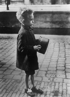 boy with pan on his way to a soup kitchen food distribution | amsterdam, spring 1945 | foto: emmy andriesse