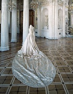 Court dress of Empress Alexandra Feodorovna, 1896 From the State Hermitage Museu… - Historical Dresses Alexandra Feodorovna, Fashion Moda, Royal Fashion, Look Fashion, Court Dresses, Royal Dresses, Vintage Gowns, Vintage Outfits, Vintage Fashion