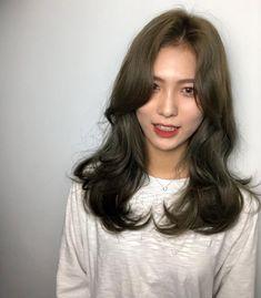 긴머리 레이어드컷 / 긴머리 c컬펌 너무이쁨♥♥ : 네이버 포스트 Korean Wavy Hair, Asian Hair, Medium Hair Styles, Curly Hair Styles, Mode Ootd, Mid Length Hair, Hair Images, Long Curly Hair, Hair Looks
