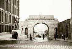 Bécsi kapu tér, Bécsi kapu, bal oldalon Budavár visszavételének emlékműve (Ohmann Béla, 1936.).