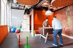 Gratis reageren op kantoorruimtes in Amsterdam. Office Break Room, Cool Office Space, Small Office, Office Spaces, Lounge Design, Game Room Design, Google Office, Modern Games, Game Room Decor