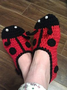 Fun pattern to make these cute and warm ladybug slippers. Stitch counts are noted at the end of every round. The pattern is written for size small and medium but can easily be made for size large as well.