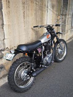 A garage for special motorcycles and cafe racers Tw Yamaha, Yamaha Sr400, Honda Scrambler, Cafe Racer Honda, Yamaha Motorcycles, Honda Cb750, Enduro Vintage, Vintage Motocross, Vintage Bikes