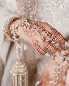 A Complete Range Of Exquisite Jewelleries From Head To Toe For Intimate Wedding! Indian Bridal Jewelry Sets, Indian Jewelry, Pakistani Bridal Jewelry, Bridal Jewellery, Asian Bridal Dresses, Indian Dresses, Indian Clothes, Wedding Dresses, Indian Aesthetic