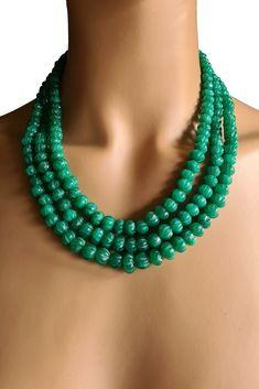 Collier aus geschnitzten Smaragden. 3 Perlen-Reihen 40-46 cm. 621 Karat. Verstellbare Seidenbänder. Handgefertigt in Indien. Passender Ohr- & Armschmuck im Shop! #JOY #Einzelstücke #Smaragd #Collier #smaragdcollier #handgefertigt #smaragdschmuck #emerald #Necklace #emeraldnecklace #handmade #handmadejewelry #jewelry #jewellery #emeraldjewelry #emeraldjewellery #unikat #emeraude #collieremeraude #smeraldo #collanadismeraldi #smaragdketting #smaragdsieraden #gioielliconsmeraldi #bijouxemeraude Turquoise Necklace, Beaded Necklace, Necklaces, Pendant Necklace, Emerald Jewelry, Pendants, Gift Ideas, Gifts, Necklace Ideas