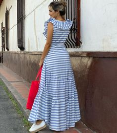 La imagen puede contener: 1 persona, de pie y rayas Boho Summer Dresses, Casual Dresses, One Piece Frock, Dress Outfits, Fashion Outfits, Resort Dresses, Mini Slip Dress, Striped Maxi Dresses, Beautiful Outfits