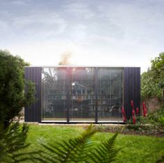 has designed a modular prefab system that can be used to create a modern outdoor office, bedroom, or a library, as in this case, for your garden. Backyard Office, Garden Office, Prefab Office, Office Pods, Modern Library, Library Work, Dream Library, Garden Studio, Backyard Studio