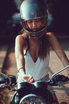 # girl - - Beauty and the Bike - Motorrad ideen Biker Chick Outfit, Motorcycle Outfit, Girl Motorcycle, Girl Bike, Biker Boys, Biker Girl, Biker Photoshoot, Harley Davidson, Cafe Racer Girl