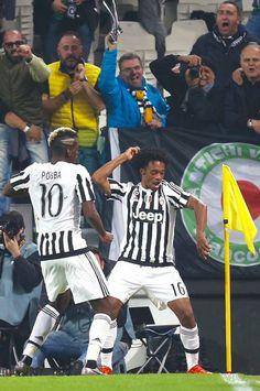 Cuadrado celebrates his goal with Pogba.