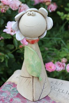 If you look at Malu, the sun shines even on cloudy days. Malu is frost-resistant. She is 20 cm tall and made of clay in Loving Hand Clay Pot People, Clay Pot Crafts, Outdoor Flowers, Craft Club, Paperclay, Flower Art, Art Flowers, Malu, Clay Pots
