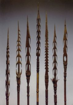 Torricelli Mountain Arrows, Papua New Guinea the most elaborate decorated arrows were for hunting people! Traditional Archery, Swords And Daggers, Bow Arrows, Fantasy Weapons, Bow Hunting, Crossbow, Ocean Art, Papua New Guinea, Tribal Art