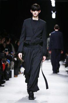 Modewoche Paris: Men's Collection - Verletzt, geschunden und vernarbt, aber gestylt: Urban Styles für Männer zeigt uns hier der koreanische Designer Juun J. (Bild: EPA)