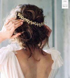 """#Inspiration Acabamos la semana con este recogido """"messy"""" con diadema adorable �� En HT somos especialistas en #bodas, y eso se nota en nuestras novias��, no sólo las maquillamos y peinamos, desde el momento en que la novia nos contacta para una prueba, nos volcamos en ella como si fuera nuestra propia boda, y es que nos encanta lo que hacemos. Foto: Pinterest/prettystuff.tumblr #hairstyle #hairlovers #loveyourhair #instalove #wedding #bride #bodas #novias #recogidos #peinado #inspiration…"""