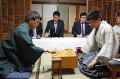 羽生善治棋聖に永瀬拓矢六段が挑む将棋のタイトル戦「第87期棋聖戦五番勝負」が最終第5局を迎えた。対局再開後の一手を打つ羽生棋聖(…