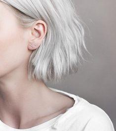Avez-vous remarqué que de nombreuses adeptes du blond blanc coupaient leurs cheveux ? Attendez-vous à devoir faire de même si vous sautez le pas car il n'y a pas de secret: passer au platine abîme vraiment la fibre.