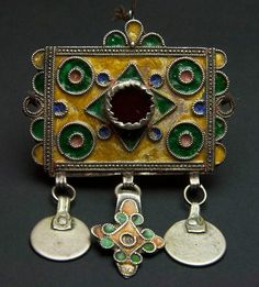 Berber Talisman (herz) from the Tiznit-Tafraoute in the western Moroccan Anti-Atlas   Silver, enamel and glass   Most probably once part of a necklace or headpiece   ca. 1st half of the 20th century   102€