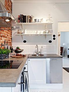 Betonnen blad, witte kastjes, bakstenen muur. Dit dus precies, maar dan nog met houten planken aan de muur :) Mooie keuken