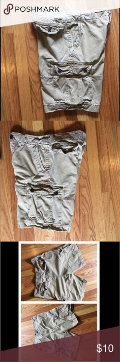 """American Eagle Men's Cargo Shorts Sz 32 Khaki American Eagle Men's Cargo Shorts Sz 32 Khaki.  Rugged cotton twill Classic length Front slant and coin pockets, Side cargo pockets, Button-flap, back patch pockets.  Embroidered eagle at back. Hits at the knee 10.5"""" inseam 100% Cotton.  Machine Wash Good Gently Used Condition (see pic #4). Smoke Free, Pet Free Home. American Eagle Outfitters Shorts Cargo"""