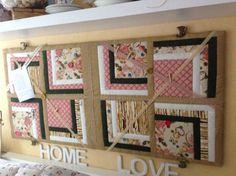 Zelfgemaakt memobord. Op een plank een quilt met quiltvulling en daarover linten van kant en kleine wasknijpertjes. De knoppen in de vorm van kop en schotel komen van Gamma