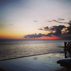 Keep looking up! I learn from the past, dream about the future and look up. There's nothing like a beautiful sunset to end a healthy day.  - Picture taken bij our guest Lorrie Bos - #Willemstad #Curacao #Scubalodge #Boutiquehotel #wanderlust #travel #Caribbean