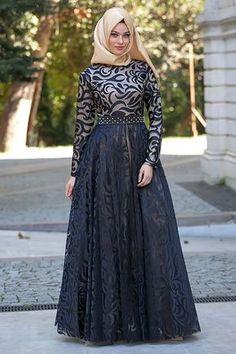 Puane-siyah-elbise   Tesettürlü Gelinlikler ve Gelinlik Modelleri Muslim Evening Dresses, Hijab Evening Dress, Hijab Dress Party, Hijab Style Dress, Hijab Look, Modest Fashion Hijab, Muslim Dress, Abaya Fashion, Fashion Dresses