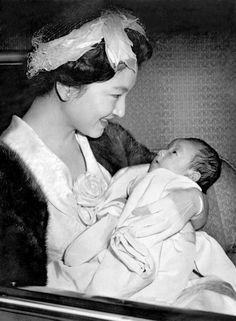 赤ちゃんの浩宮徳仁親王(ひろのみやなるひとしんのう)殿下を抱かれる皇太子継宮明仁親王妃美智子(つぐのみやあきひとしんのうひみちこ)殿下(当時. 今の美智子皇后陛下) 皇紀2620年(昭和35年:AD1960) Crown Princess Michiko, 1960