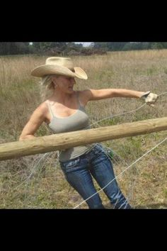 Country Girl Photos, Real Country Girls, Country Women, Southern Girls, Cowgirl Look, Sexy Cowgirl, Western Girl, Cowboy And Cowgirl, Cowboy Hats