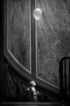 Bruidsmeisje met ballon (zwart/wit).