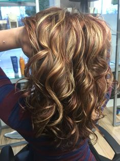 New hair color fall ombre curls 28 Ideas - hair woman Brown Hair With Highlights, Brown Blonde Hair, Hair Color Highlights, Medium Blonde, Fall Hair Colors, Brown Hair Colors, Light Pink Hair, Mom Hairstyles, Hair Color And Cut