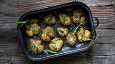 Pečené brambory se sýrem a česnekem? Rozmáčklé jsou nejlepší Sprouts, Meat, Chicken, Vegetables, Ethnic Recipes, Food, Drinks, Drinking, Beverages
