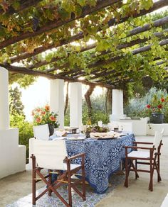 Mit Wein bepflanzte Pergola einer italienischen Villa am Meer - Urlaub pur! pergola vines HOUSE TOUR: A Magical Italian Villa Stuns Inside And Out Outdoor Rooms, Outdoor Dining, Dining Area, Outdoor Seating, Outdoor Areas, Outdoor Kitchens, Garden Seating Areas, Outside Seating Area, Ikea Outdoor
