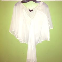 BOULEE Off the shoulder Top 0 White off the shoulder Boulee Top Size 0 so beautiful & elegant. Has been worn once and has a little color from my body cream around the neckline you don't notice it once worn Boulee Tops Blouses
