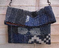 こちらも素晴らしい作品です太い糸で総刺しして、全て手縫いの斜め掛けバッグは、長さ調節可能なのでショルダーとしても使えます藍無地・絵絣・型染などをはぎ合せて刺し子していますかぶせ部分を持ち上げても刺し子持ち手は糸味の良い縞木綿で、 Sashiko Embroidery, Japanese Embroidery, Hand Embroidery, Boro Stitching, Japanese Bag, Potli Bags, Japanese Textiles, Running Stitch, Denim Bag