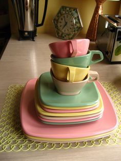 """Vintage Kitchen Talk of the town Melamine dishes.I have a set in the camper! - """"Talk of the Town"""" Melmac 14 piece set, missing the large green dinner plate and the tan saucer Style Retro, Style Vintage, Vintage Love, Retro Vintage, Vintage Items, Vintage Kitchenware, Vintage Dishes, Vintage Teacups, 1950 Pinup"""
