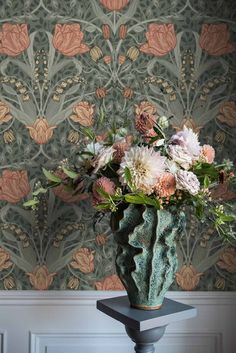 Sophisticated classic floral wallpaper Anita is a true feast for the eyes. Design wallpaper Anita's intense effect is a result of the multi-dimensi. Classic Wallpaper, Grey Wallpaper, Pattern Wallpaper, Flower Wallpaper, Tapete Floral, Light Mint Green, Light Beige, White Light, Blue Green