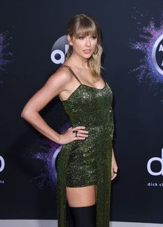 Taylor Swift& outfit at the 2019 AMAs in Los Angeles. - Taylor Swift& outfit at the 2019 AMAs in Los Angeles. Taylor Swift Legs, Estilo Taylor Swift, Taylor Swift Outfits, Long Live Taylor Swift, Taylor Swift Style, Taylor Swift Pictures, Taylor Alison Swift, Red Taylor, Beautiful Taylor Swift