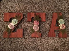 Zeta Tau Alpha wooden sorority letters made using wood stain and floral decoration. Alpha Omicron Pi, Kappa Alpha Theta, Alpha Chi Omega, Sorority Letters, Sorority Crafts, Sorority Paddles, Sorority Life, Sorority Recruitment Decorations, Sorority Big Little