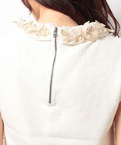 イタリア糸の綿素材のニットにインポートのトルコ製のレースを組み合わせた華やかなデザイン。首回りには贅沢にパールとグログランを施しました。一枚でネックレスいらずの存在感あふれる春ニット。キレイめにスカートとあわせても、カジュアルにデニムと合わせてもスタイリングが引き立ちます。乙女心をくすぐるポイントが盛り沢山の主役顔のレーストップスは、普段のスタイリングのスパイスになること間違いなしです!
