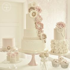 Great idea for a wedding cake table I love the different heights of the cakes . And the cakes are gorgeous!