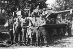 1st anti-tank Artillery Regiment of the 1st Armoured Division - Soldiers of the 1st Armored Division with their tank Achilles destroyer .