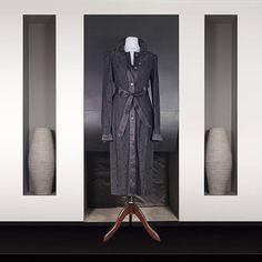 D : Robe sous genou en dentelle noire Col et ceinture en satin noir Christian Dior, Satin Noir, Smoking, Gucci, Vintage Chanel, Carolina Herrera, Wrap Dress, Dressing, Formal Dresses