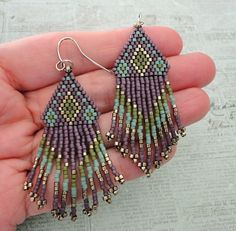 Seed bead jewelry Native American Fringe Earrings ~ Seed Bead Tutorials Discovred by : Linda Linebaugh Beaded Earrings Native, Beaded Earrings Patterns, Seed Bead Patterns, Fringe Earrings, Beaded Bracelets, Stretch Bracelets, Beaded Necklace, Bead Jewellery, Fringes