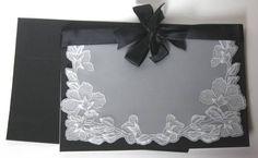 Convite em papel vegetal com desenhos em relevo e perfurados, laço em cetim. Impressão inclusa. Pode ser feito em outras cores. Pedido mínimo: 20 unidades. R$ 18,00