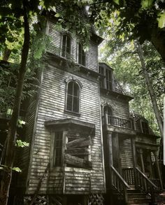 Spooky old house Old Abandoned Houses, Abandoned Mansions, Abandoned Places, Old Houses, Scary Houses, Haunted Houses, Ghost Town Movie, Abandoned Plantations, Horror Pictures