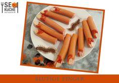 Schauriger Snack für die Halloweenparty: Blutige, abgehackte Finger ► Bockwürstchen ► Mandeln ► etwas Ketchup Bockwürsten in verschiedene Längen teilen (abreissen, nicht scheiden!). Am anderen Ende jeweils eine Schräge abscheiden und etwas Ketchup darauf platzieren. Mandeln als Fingernägel platzieren - fertig! Ketchup, Carrots, Vegetables, Halloween, Food, Almonds, Essen, Carrot, Eten