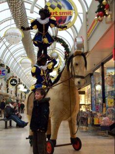 Acrobaat piet met speelgoed paard http://www.sintentertainment.nl/attracties.php