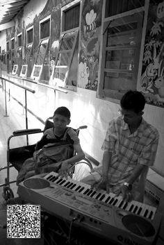 mencoba ikut bermain piano meskipun dy tidak mampu melakukanya..keterbatasan fisik dan mental membuat anak itu tidak mengurungkan niatnya dalam mengikuti nada - nada lagu yang sedang dimainkan..